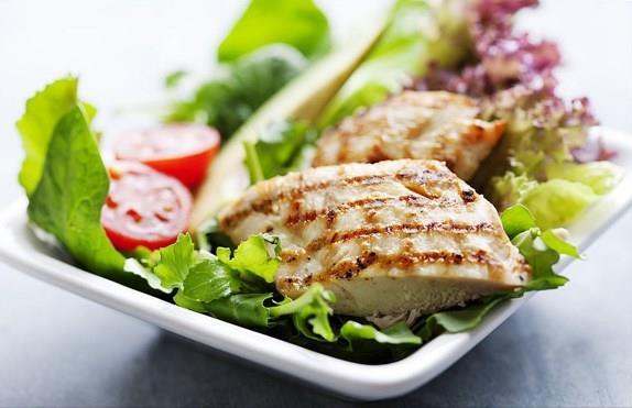 Öğle Yemeği: Öğle yemeğinizde yine salata var ancak bu sefer tavuklu. Yine de öğle yemeğiniz bu kadar. Doymayacaksınız ancak iki, üç saat sonra bir kase yoğurt ya da bir dilim kaşar peyniri yanında bir dilim de kepekli ekmek yiyebilirsiniz.