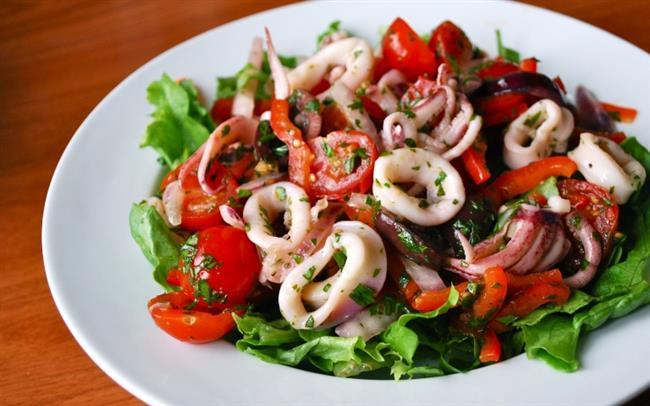 Öğle Yemeği: Izgarada hazırlanmış deniz ürünü, yanında bolca yeşil salata ve hoşlanmış sebze. En fazla da iki dilim ekmek. Ekmeklerin ince dilimli olmasına özen gösterin. Avuç içinizin yarısı kadar ceviz de tüketebilirsiniz.