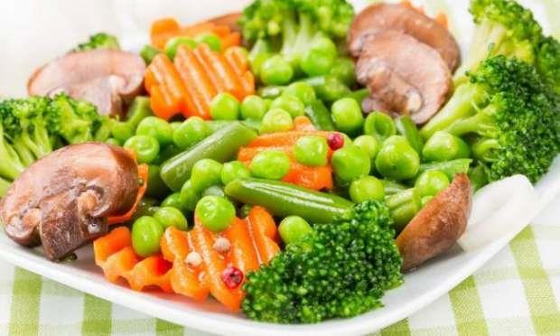 Akşam Yemeği: Akşam yemeğinizde biraz öğle yemeğinizi andırmakta. Bol bol yeşil salata yanında da haşlanmış herhangi bir sebze, bir porsiyon. Bu akşam bir kase diyet yoğurdunuz var. Yatmadan en az iki saat önce bir porsiyon meyve tabağı hazırlayabilirsiniz kendinize. Yatmadan en az yarım saat önce de yeşil çayınızı içmeyi unutmayın.