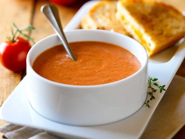 Mide Sağlığı İçin Kızarmış Yiyeceklerden Uzak Durun!   Yılbaşı gün boyunca kahvaltı ve öğlen yemeği daha hafif olmalıdır. Kahvaltıda sütlü yulaf ezmesi, aralarda bol su, öğlen yemeğinde ise, akşam et yenileceğin salata, çorba ve yoğurt tercih edilebilir.