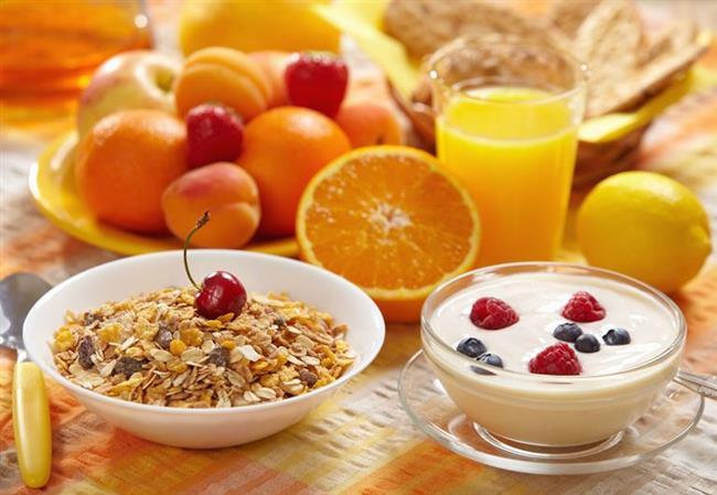 Ertesi Gün Nasıl Olmalı?   Ertesi gün su tüketimi en az 2 litre olmalıdır. Hafif bir kahvaltı edilmeli ve mutlaka yürüyüş yapılmalıdır. Kahvaltıda meyve yoğurt ve yulaf ezmesi tercih edilebilir. Karbonhidrat (ekmek, simit, poğaça, açma,,,) yerine bol peynirli bir salata veya menemen gibi sebze ve protein beraberliğinden faydalanılmalıdır.