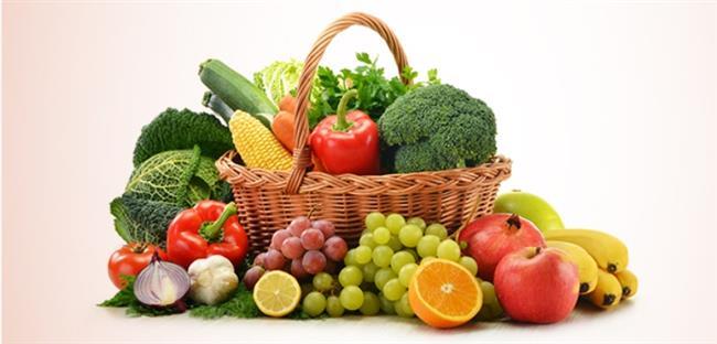 Alkol tüketimi yüksek karbonhidrat tüketimiyle eş anlama gelmektedir. Dolayısıyla alkol tüketiminden sonraki gün basit karbonhidrat olarak adlandırdığımız şeker, reçel, bal, sütlü tatlı, şerbetli tatlı ve 2 porsiyondan fazla tüketilen meyveden uzak durulmalıdır. Vücutta oluşabilecek yağlanmaya karşı vücudu korumak adına şeker ve şekerli ürünler alınmamalıdır.  Beyaz ekmek yerine tam buğday ekmeği, pilav makarna yerine de bulgur, karabuğday veya kinoa tercih edilmelidir. Meyve olarak 1 porsiyon meyve tüketilmesi doğrudur. Tüketilen bu meyvenin de ödem söktürmeye yönelik olması gerekmektedir. Ananas, mango, greyfurt gibi lif içeriği yüksek ödem atıcı meyveler tüketilmelidir.