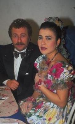DİZİDEN AYRILDI KARİYERİ DÜŞÜŞE GEÇTİ  Aydan Burhan aslında tiyatro kökenli bir oyuncuydu.. Ama Türkiye'de milyonlarca kişi onu Mahallenin Muhtarları adlı diziyle tanıdı...