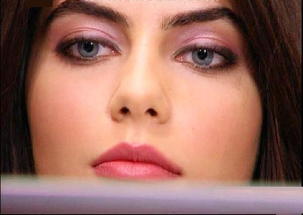 SEN MİSİN ÇEKİMİ AKSATAN  TRT'de yayınlanan Sakarya- Fırat dizisinin başrol oyuncusu Ceren Hindistan da yaşanan tatsızlıklar sonucu kadrodan ayrılmak zorunda kaldı.