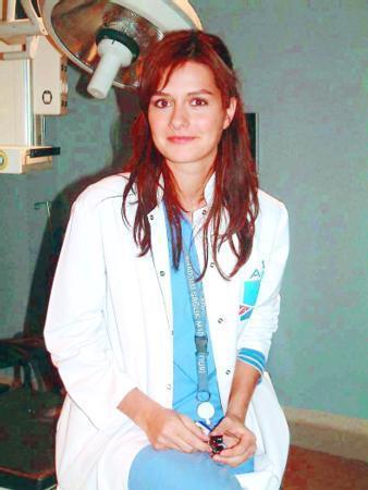 AYNI ROLÜ OYNAMAKTAN SIKILDIM  Bu sezon yeniden başlayan Doktorlar dizisinin eski kadrosunda yer alanlardan biri de Yasemin Ergene'ydi..