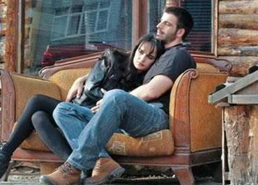 """Ama Demiratar'dan gelen açıklama farklıydı.Dizideki rol arkadaşı Mehmet Akif Alakurt ile aşk yaşayan genç yıldız """"Sevgililer"""" aynı dizide rol almamalı deyip ayrılmaya karar verdiğini söyledi."""