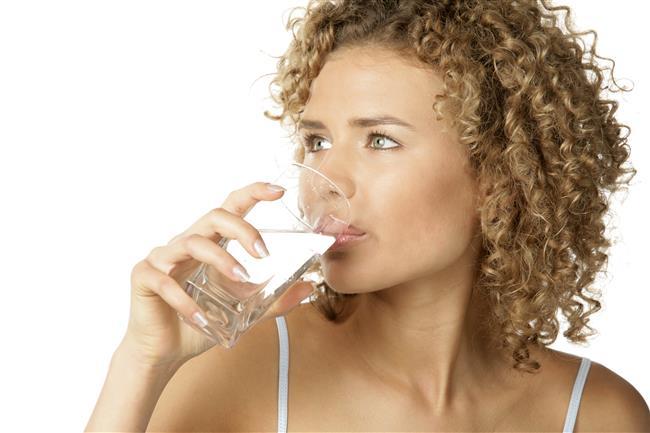 Uyanır uyanmaz 1 bardak ılık su için  Sabah kalktığınızda ilk işiniz büyük bir bardak ılık su içmek olmalı. Sindirimi kolaylaştırmak ve hazımsızlığı gidermek için en az 2 buçuk litre su içmeye özen gösterin. Ayrıca bitki çayları ve maden suyu ile sıvı tüketiminize destek olabilirsiniz.