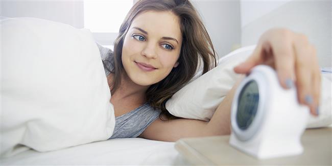 Geç yatmış olsanız da erken kalkın!  Her ne kadar yılbaşı akşamı geç yatmış olsanız da, ertesi günü geç saatlere kadar uyuyarak geçirmeyin. Her gün yeni bir gün demek vücudumuz için. Yeni güne daha iyi adapte olabilmek için 8 saatten fazla uyumamak önemli. Aksi halde düzensiz uykudan etkilenen kortizol hormonunun salınımı artar, kan şekeri seviyeleriniz yükselir ve bu da yağ depolanmasına neden olur.