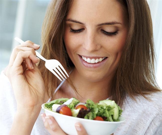 """Kahvaltınız bol yeşillikli olsun  Uyandıktan sonra en geç 1 buçuk saat içinde kahvaltı yapmaya özen gösterin. Metabolizmanın kendini toparlaması için, şarküteri ürünleri ve börek, poğaça, simit gibi hamur işlerinin yer almadığı ağır bir kahvaltıdan uzak durmak şart. Şarküteri ürünleri ve hamur işleri kahvaltınızda yer almasın. Yoğurt, meyve ve müsli ile hafif bir kahvaltı yapabilirsiniz ancak mutlaka kahvaltınızda bol miktarda maydanoz, tere, roka, dereotu, nane gibi yeşilliklere yer verin. Salam, sosis, sucuk veya pastırma gibi şarküteri ürünlerini tercih etmeyin.   <a href=  http://mahmure.hurriyet.com.tr/saglik/diyet-fitness/24-Saatte-Kolay-Detoks-Yontemi_1097244  style=""""color:red; font:bold 11pt arial; text-decoration:none;""""  target=""""_blank""""> 24 Saatte Kolay Detoks Yöntemi"""