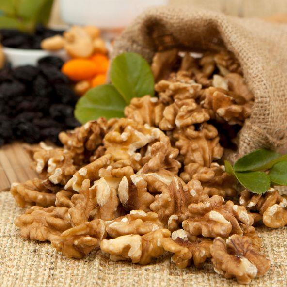 B vitamini içeren besinler tüketmek dudak kuruluğunu önleyebilir. Ceviz, dereotu, bulgur, süt, et, yumurta sarısı, patates ve meyveler B vitamini açısından zengin besinlerdir.