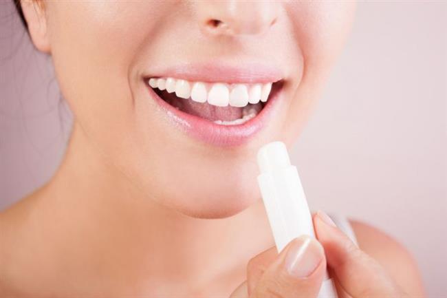 Aşırı sıcak veya soğuk hava dudak kuruluğuna sebebiyet veriyor. Bunu önlemek için dışarıya çıkarken lip balm kullanabilirsiniz. Lip balm ürünleri nemi koruyarak dudakların kurumasını engeller.    Ciltteki Kahverengi Lekeler Nasıl Geçer?
