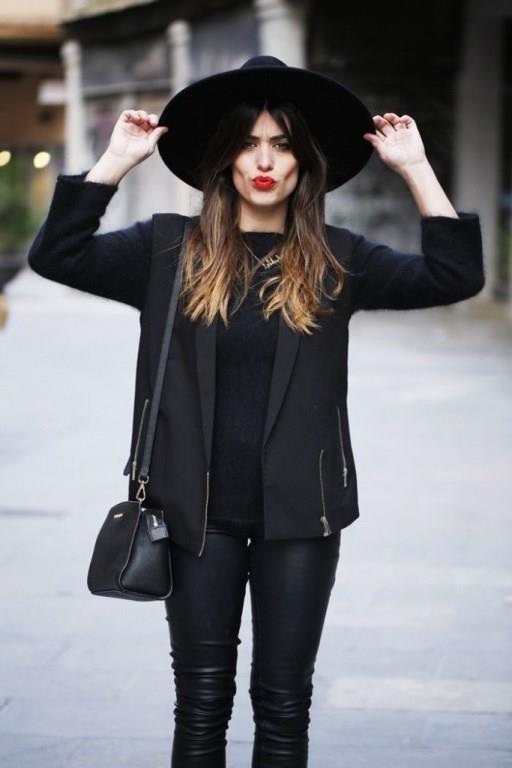Koyu Renkli Kıyafetler Giyin  Koyu renkler giymek size daha şık ve uyumlu bir görünüm verebilir. 'Siyah zayıf gösterir' diye boşuna denmez. Koyu renkli kıyafetleri beraber giymek, kısa boylu kadınların daha uzun bir siluet oluşturmasına yardımcı olur.