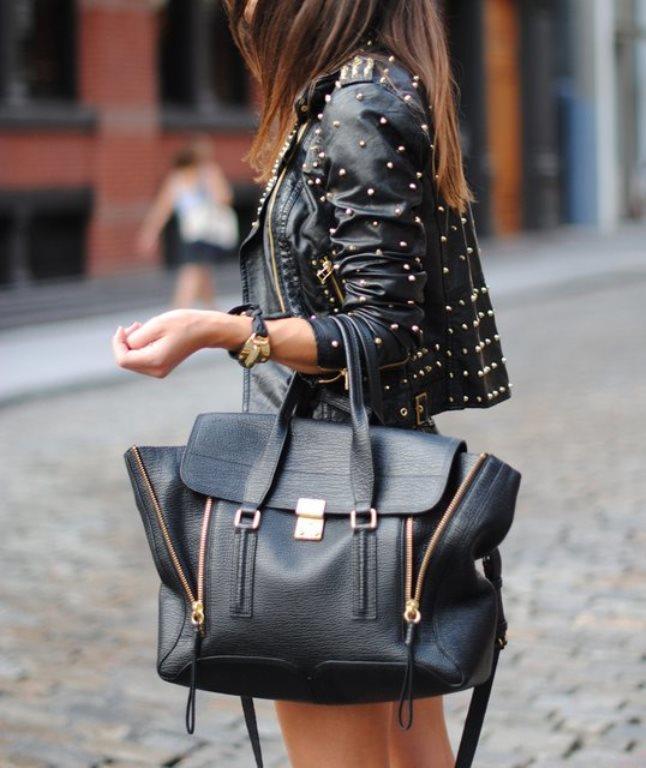 Büyük Çantalardan Uzak Durun  Boyunuza göre giyinirken aksesuarları göz ardı etmeyin. Doğru aksesuarların genel görünüm üzerinde büyük bir etkisi vardır. Kısa boylu kadınlar daha küçük çantaları tercih etmelidir, çünkü çok büyük çantalar sizi daha da kısa boylu gösterebilir.