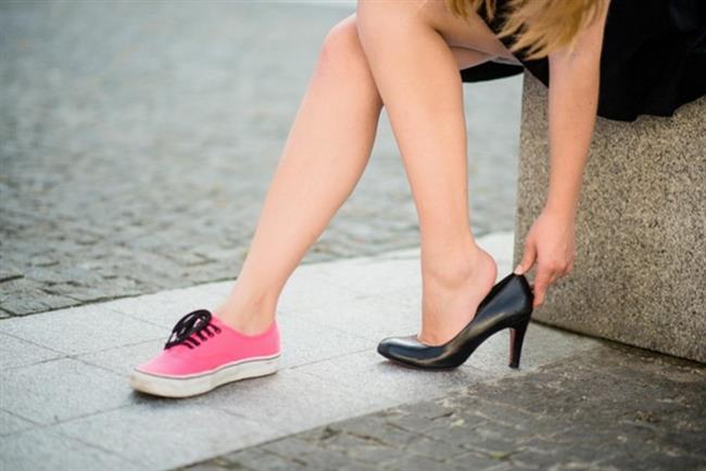 Topuklulara Merhaba Deyin  Kısa boylu kadınlara en çok tavsiye edilen şey sanırız topuklu ayakkabıdır. Ne kadar kısa olursanız olun size direk fiziksel yükseklik sağlayacak olan topuklu ayakkabılar sizin vazgeçilmeniz olmalı. İnce topuk ilk etapta sizi zorlayabilir, dolgu topuklardan başlamanız çok daha iyi olacaktır. Hem bu sezonun trendi dolgu topuklarla modanında gerisinde kalmamış olacaksınız