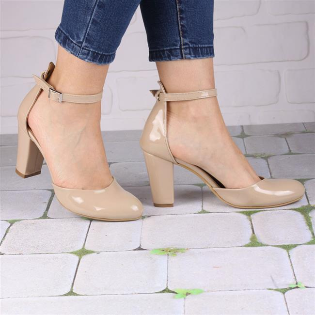 Bilekten Bağlamalı Ayakkabılardan Uzak Durun  Ayak bileğinden kayışlı ayakkabılar bacakların daha kalın görünmesine neden olur. Eğer bacaklarınızın daha uzun ve ince görünmesini istiyorsanız, o zaman ayak bileğinden şeritli ayakkabılardan kaçının.