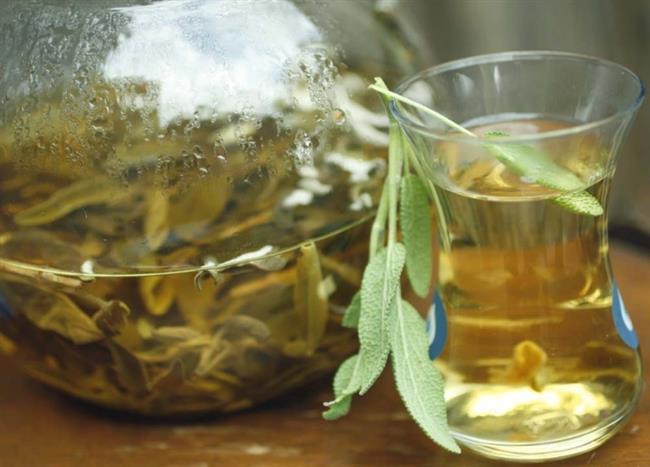 Ada çayı  Dişlerinizi fırçalayıp ağzınızı iyice çalkalayın. Ardından bir çay kaşığı karbonat, 1 çay kaşığı ada çayı ve bir çay kaşığı tarçını iyice karıştırın. Bu işlemi her gece tekrarlayın. Çok değil 1 hafta içinde dişlerinizdeki beyazlığı fark edeceksiniz.