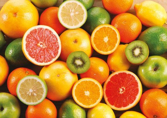 C vitamini içeren gıdalar  C vitamini açısından zengin meyveler dişlerinizi beyazlatmak yardımcı olabilir. Limon, portakal, çilek domates gibi gıdaları dişlerinize uygulayabilirsiniz. Bunları ezip macun yapın, fırçanıza sürüp, birkaç dakika boyunca bunla dişlerinizi fırçalayın. Biraz dişinizde dursun bu macun, ardından dişinizi yıkayıp durulayın. Dişleriniz beyazlayacak ve temizlenecektir.