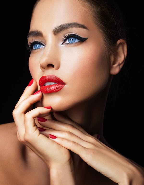 Yoğun, siyah renkte bir eyelinerı üst kirpik diplerine, göz pınarından başlayıp göz bitimine kadar bir çizgi şeklinde uygulayabilirsin.
