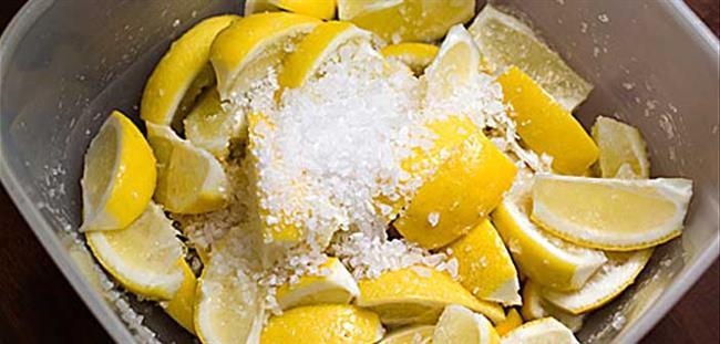 Limon ve Tuz Karışımı  Bu karışım vücuttaki kıllar alındıktan sonra uygulanır. Bir kabın içine limon sıkılıp üzerine 2 çay kaşığı da tuz eklenir. Ardından bu karışım kılların temizlendiği bölgelere uygulanır. Limon ve tuz kıl köklerine inerek köklerde zayıflamaya neden olur. Ancak bu karışımın ciltte yanma yapma riski vardır. Böyle bir durumda ise cildinizin zarar görmemesi için hemen yıkanmalıdır. Düzenli bir şekilde bu yöntem uygulanırsa tüylerde azalma ve zayıflama görülebilir.   Topuk Çatlaklarına Ne İyi Gelir?