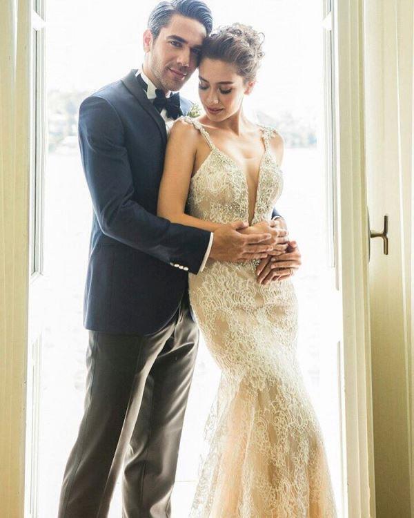 Neslihan Atagül  İki yıldır birlikte olan Neslihan Atagül ve Kadir Doğulu, iki yıldır süren birlikteliklerini evlilikle taçlandırdı. Düğün Kanlıca'daki Ajia Otel'de gerçekleşti. Törende Neslihan Atagül, Vakko Wedding markasının derin göğüs dekolteli, taş işlemeli, dantelli gelinliğini tercih etti.   2016'nın En Gözde Çiftleri!