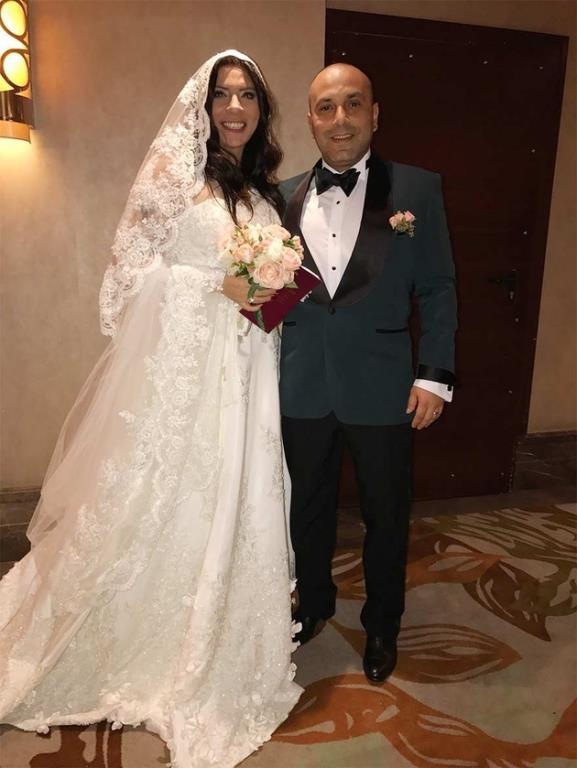 Işın Karaca  Işın Karaca, çocukluk arkadaşı Tuğrul Odabaş'la evlendi. Gece de iki gelinlik giydi ve tercihi Akay gelinlik oldu.