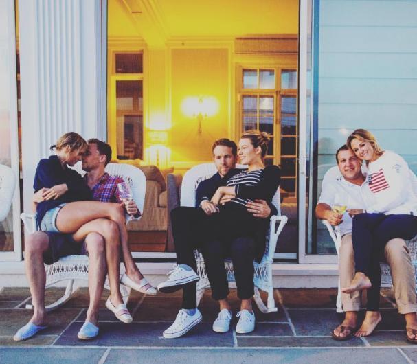 Hollywood'un en uyumlu çiftlerinden biri olarak nitelendirilen Blake Lively ve Ryan Reynolds'ın bu aile pozu çok beğenildi. Bu fotoğrafı çiftin yakın arkadaşı olan Britany LaManna paylaştı.