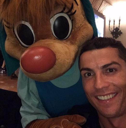 Cristiano Ronaldo'nun bu pozu da çok sayıda beğeni aldı.