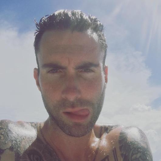 Adam Levine'nin bu tatil pozu da çok konuşuldu.