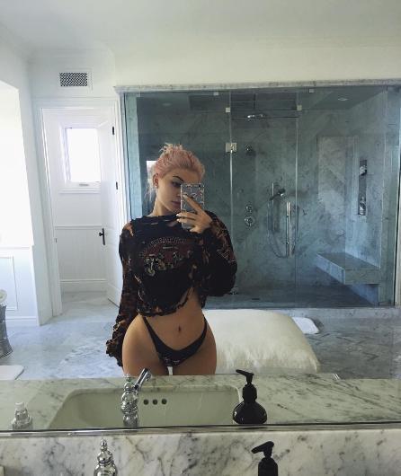 Kylie Jenner'ın ablası Kim'e öykünen pozları hep gündemdeydi.