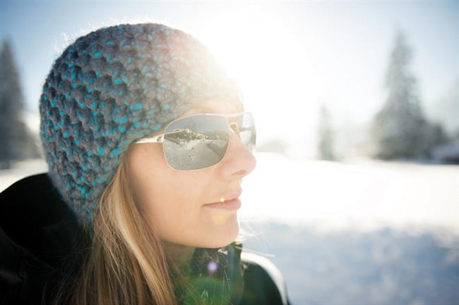 """Kış Güneşi de Tehlikeli  Genetik faktörler ve diğer içsel etkenler de önemli sayılıyor ama onların gücü yüzde 20'yi geçmiyor.Güneş ışınlarından korunmak, riskli saatlerde güneşlenmemek, koruyucu giyecekler, aksesuvarlar (güneş gözlüğü, şapka, güneş şemsiyeleri…) kullanmak ve gün ışığı olan her saatte, cildin görünen kısımların yüksek koruma faktörlü ürünler ile korumak bu mücadelenin ayrılmaz parçalarıdır.  <a href= http://mahmure.hurriyet.com.tr/foto/guzellik/cildiniz-icin-en-iyi-25-sey_38196 style=""""color:red; font:bold 11pt arial; text-decoration:none;""""  target=""""_blank"""">Cildiniz İçin En İyi 25 Öneri…"""