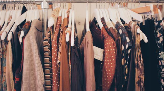 Vintage Nedir?  19. yüzyılda ortaya çıkan Vintage giyim tarzı, farklı dönemlere ait stil ve kombinleri yansıtan bir moda akımıdır. 20. yüzyıl veya daha öncesinden kalan kıyafet veya nesneler vintage olarak tanımlanır. Herhangi bir hasara uğramadan geçmişten bugüne gelebilmeleri için yüksek kaliteli malzemeden yapılmış olmaları gerekir.