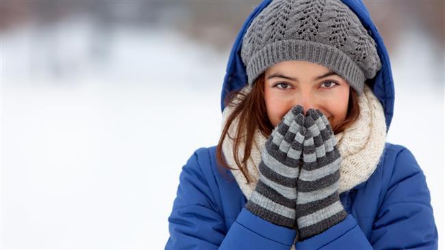 Kış aylarında hipertansiyon, ritim bozuklukları, kalp krizi, kalp yetmezliği ve kalp kökenli ani ölümlerin görülme sıklığı artıyor. Bunun temelinde de hava sıcaklığındaki düşme, fiziksel aktivitede azalma, hava kirliliği, hatalı beslenme alışkanlıkları ve hormonal değişiklikler gibi birçok faktör yatıyor. Örneğin soğuk havaya uzun süre maruz kalmak vücut ısısının düşmesine sebep olabilirken; aşırı rüzgarlı hava da vücudu çevreleyen koruyucu ısı tabakasını uzaklaştırabiliyor.