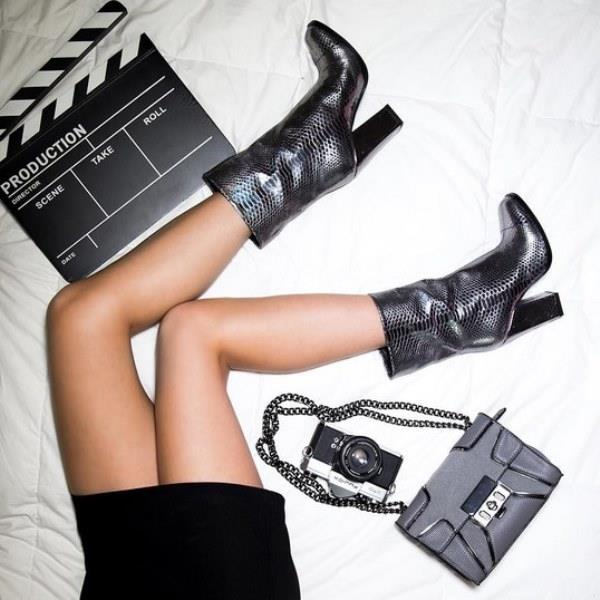 Blok Topuklu Botlar ile Rahatlık ve Şıklık Bir Arada  Şık bir görüntünün olmazsa olmazı topuklu ayakkabılardır. Kışın ofis şıklığını yakalamak istiyorsanız eğer blok topuklu botlar tam size göre. Hem sıcak tutar hem de şıklığınıza şıklık katar.Bir kere kullandıktan sonra kombinlerinizin vazgeçilmezi bu botlar olacağına eminiz.