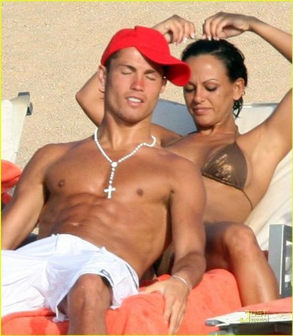 """Yeşil sahaların yıldızı Cristiano Ronaldo'nun manken Nereida Gallardo ile ilişkisi magazin basınında geniş yer buldu. Ancak günün birinde Ronaldo sevgilisini terk etti. Nereida Galardo'nun Ronaldo'dan intikamı da acı oldu. Gallardo kendisini cep telefonundan mesaj atarak terk eden Ronaldo'nun bütün """"kirli çamaşırlarını"""" ortaya döktü.."""