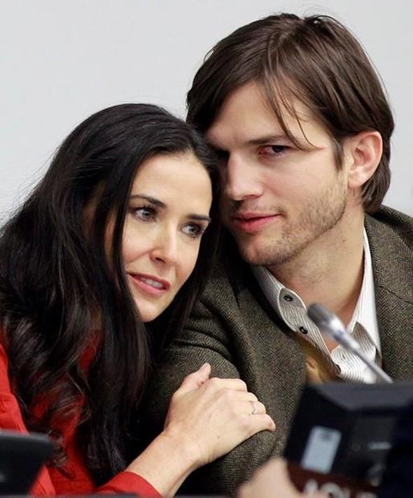 Ünlü yıldız Demi Moore, kendisinden genç kocasıyla uzun süre mutlu bir evlilik yürüttü. Ama sonra işler aniden değişti. Ashton Kutcher'ın karısını aldattığı ortaya çıktı. Bunun üzerine çift boşanma kararı aldı.