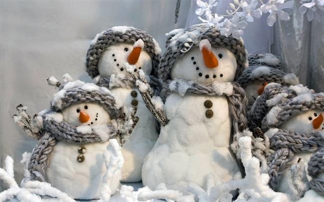 """Çocukluğumuzdan beri yapmaya uğraştığımız her seferinde tek başına zafere ulaşamadığımız yegane şey kardan adam yapmaktır. Büyüklerimizden aldığımız yardımla yaptığımız kardan adamlar 1-2 saatlik mutlulukla sizleri evinize yolcu eder.  <a href= http://mahmure.hurriyet.com.tr/foto/yasam/kis-gelince-sevdigimiz-13-tatli-sey_39977 style=""""color:red; font:bold 11pt arial; text-decoration:none;""""  target=""""_blank"""">Kış Gelince Sevdiğimiz 13 Tatlı Şey!"""