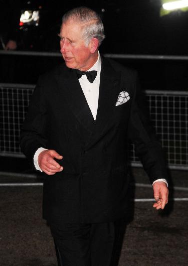 Gelecek tahminlerine göre Prens Charles, 2017'de sonunda İngiltere Kralı olabilecek. Ama bu durum kısa sürecek. Prens Charles, tacını büyük oğlu Prens William'a devredecek.