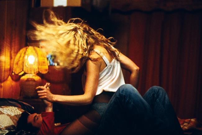Somersault (2004)  Avustralyalı yönetmen Cate Shortland'ın ilk uzun metraj filmi Somersault, çekici bir genç kadın olan Heidi'nin hikayesini ele alır. Dikkat çekici ve güzel bir genç kadın olan Heidi, annesini erkek arkadaşıyla flört ettiğini görünce, annesiyle aralarında şiddetli bir kavga başlar. Bunun sonrasında evden ayrılan Heidi için gerçek hayatla tanışma vakti gelmiştir. Bu kaçak yolculuğu Heidi'yi Avustralya'nın güneyinde bir kayak merkezine götürür. Artık evinden uzaklarda olan Heidi için arkadaşlık, aile ve aşk kavramlarını öğreneceği ve sorgulayacağı yeni bir dönem başlamıştır. Heidi'nin daha öncesinde sorgulanması imkansız gibi görünen bu kavramların gerçek anlamlarını keşfetmesini ele alan 2004 yapımı film, birçok festivalden övgülerle ve ödüllerle ayrılmıştı.