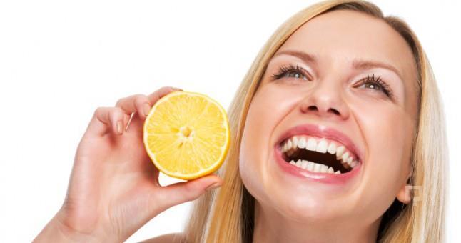 Dudaklardaki kararmaları azaltmak için düzenli bir şekilde limon suyundan faydalanın.