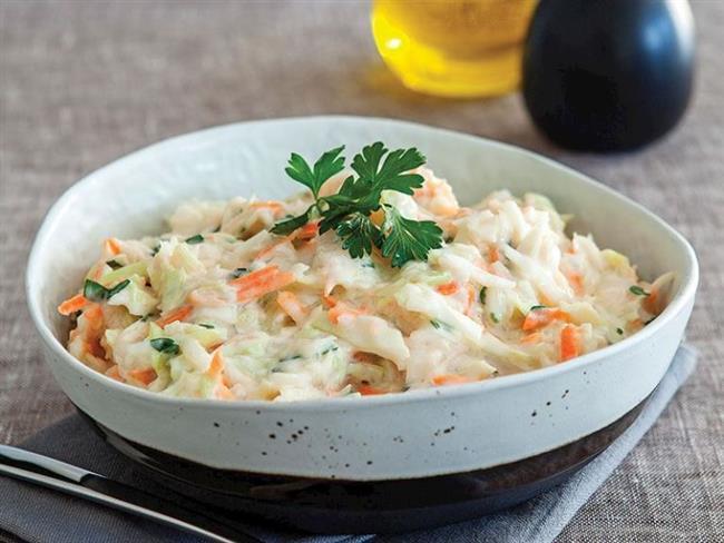 Pratik Ve Faydalı Bir Tarif: Beyaz Lahana Salatası    Akşam yemeğini hafif geçirmek isteyenler beyaz lahana salatasını diyet menüsünde rahatlıkla tüketebilir. İnce doğranmış küçük bir lahana içine 2 orta boy havuç rendesi, 1-2 diş sarımsak, maydanoz ve dereotu ile 2 su bardağı yoğurt ekleyerek lezzetli ve keyifli bir salata elde edebilirsiniz.