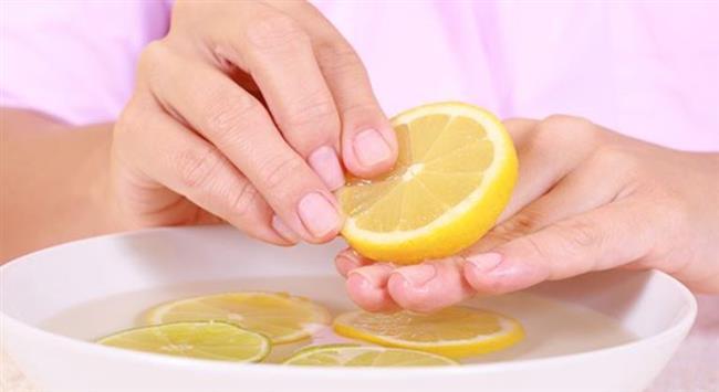 Limon Suyu:     Tırnaklarınızı limon suyunun içine sokarak 10 – 15 dk. kadar bekletin.. Bu işlemi tırnaklarınızdaki sararma geçene kadar her gün uygulayın.