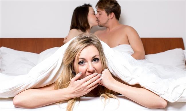 """Evli Erkekle Takılma Modası  İlişki yaşamak için tercih edilen evli erkeklerin sayısı son zamanlarda büyük bir artış gösteriyor. Yapılan araştırmalarda, kadınların evli erkekleri daha çekici bulduğu ortaya çıktı... Çünkü elde edilmesi zor erkekler, kadınlara daha çekici geliyor. Burada tecrübesi garantili ve denenmiş bir erkeğin kalite güvencesi, özendirici olabiliyor ama patent başkasına ait... Elimizde olan mevcut verilere göre, evli erkeklerle birlikte olan kadınların önemli bir kısmının """"kazanma ve elde etme içgüdüsü"""" ile bu tür ilişkilere başladıklarını görüyoruz. Hemcinsinin sahip olduğu erkeği elde etmek ve bunu bilerek yapmak, dişilik savaşından başka bir şey olamaz gibi görünüyor. Şairinde dediği gibi; """"Sende olmayan her şey, sende olan her şeyden değerli gelirken, elde edince değersizleşiyor, her ne ise elde edilen…"""" Yani evli erkeklerle aşk yaşayan kadınların hikâyeleri iyi bitmiyor. Evli erkekle ilişki yaşamayı seçen bir kadın, başkasının yolunda giden ilişkisine kendi hayatını çok daha kolay endeksleyebileceğini düşünüyor. Var olan ilişkiye sahip olma düşüncesine bürünen kadın, eş bulma zahmetinden kurtulabileceğini fantezileri geliştirebiliyor."""