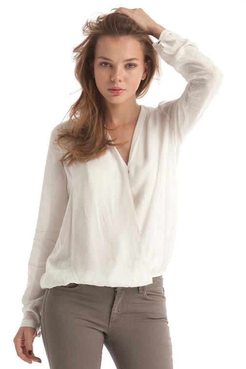 Üst bedeni geniş, geniş omuzlu kadınlar için V yaka bluz seçimi daha uygun. Daha düz renklerde bluz seçilebilir.
