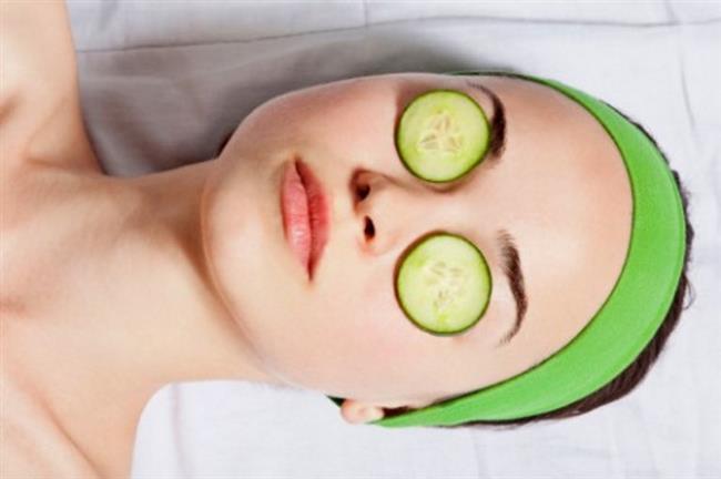 Salatalık Dilimi Kullanın   20 dakikalık çay poşeti tedavisini uyguladıktan sonra, gözlerinizin üzerine 10 dakikalığına birer salatalık dilimi koyabilirsiniz. Salatalık çok su içerdiği için cildinizin nemlendirilmesine yardımcı olup, onu yumuşatacaktır.