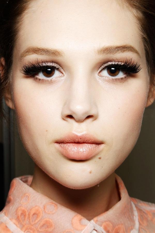 Kendi tonunuzdan daha koyu bir kahve veya siyah eyeliner ve aynı tonlarda rimel gözlerinizi ortaya çıkartacaktır.