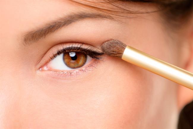 Göz rengi ve saç rengi makyaj yaparken dikkat edilmesi gereken iki önemli unsurdur. Peki, kahverengi gözler için hangi göz farı rengi ve nasıl makyaj daha etkileyici görünmelerine yardımcı olur?  İşte, kahverengi gözler için makyaj önerileri!
