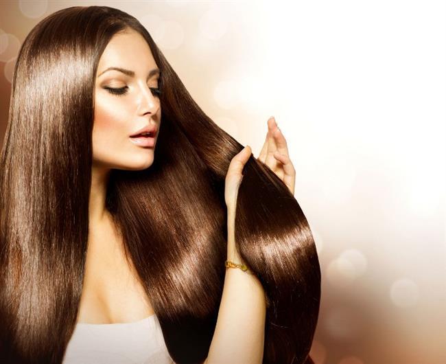 """Saç nemlendiricinizin yerine zeytinyağı kullanarak; saçınıza kaybettiği nemi, sağlıklı görünümü ve parlaklığı geri kazandırabilirsiniz. A ve E Vitaminleri ile antioksidanlar açısından zengin olan zeytinyağı saçlardaki keratinin korunmasına ve saçınızın nem kazanmasına da yardımcı olacaktır.  <a href= http://mahmure.hurriyet.com.tr/foto/guzellik/parlak-saclar-icin-10-oneri_41592 style=""""color:red; font:bold 11pt arial; text-decoration:none;""""  target=""""_blank"""">Parlak Saçlar İçin 10 Öneri!"""