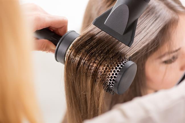 Zeytinyağının Saçlarınız İçin Diğer Faydaları Nelerdir?  Saç kurutma makineleri, düzleştiriciler ve saç maşaları saçınızın dış tabakasına zarar verebilir. Zeytinyağı ise bu zarar görmüş dış tabakayı kaplayarak saçlarınıza daha yumuşak ve daha parlak bir görünüm kazandırır.  Kimyasallarla dolu olan saç bakım ürünleri uzun vadede saçınıza zarar verebilir. Doğal ve iyi kalitede zeytinyağı kullanımı ise saçınıza kaybettiği sağlıklı görünümü geri kazandırabilir.