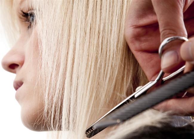 Kuru saçlar daha kırılgandır ve sadece taramak bile saçlarınızda kırılmalara yol açabilir. Sadece saç uçlarınızda kullanacağınız zeytinyağı kırılmaya yatkın saç uçlarını nemlendirecek ve elektriklenen saçları yatıştıracaktır.  Haftalık uygulayacağınız zeytinyağı bakımları saçlarınızı neme doyurarak yumuşamalarını sağlayacaktır.