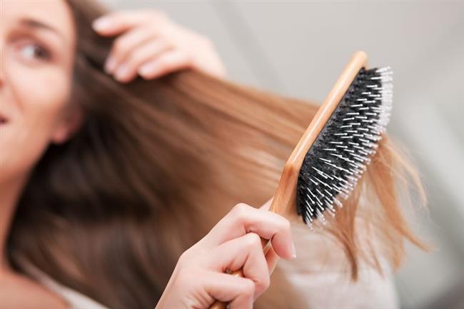 Zeytinyağını Saçlarınıza Nasıl Uygulayabilirsiniz?   Öncelikle saçlarınızı tarayın.   Eski bir bluz giyin ya da bir havlunun üzerinde durun. Bu uygulamayı banyonun içerisinde yapmayın çünkü yerlere damlayan zeytinyağı yerleri kayganlaştıracaktır.  Mikrodalgaya uygun bir kabın içerisine yarım bardak zeytinyağı koyun ve mikrodalgayı yaklaşık 30 saniye çalıştırın. Zeytinyağı sıcak değil sadece ılık olmalıdır.